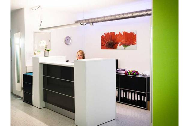 Zahnarztpraxis Karnesi in Radolfzell - Empfang